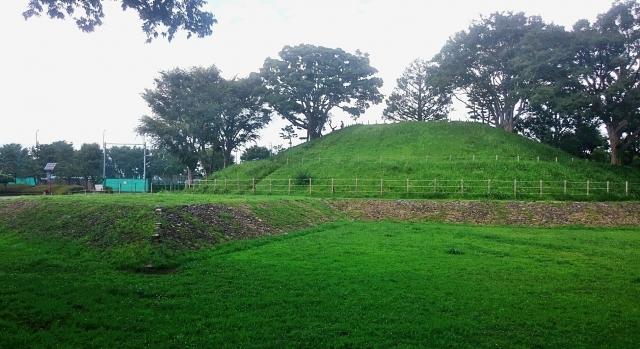玉川野毛町公園(世田谷区)は東京都指定史跡野毛大塚古墳、野球場、プール、テニスコート、キャンプコーナーのある公園