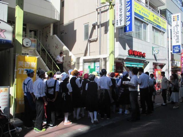 修学旅行でやって来た山形県長井市の中学生
