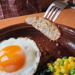 サイゼリヤ本羽田店(東京都大田区本羽田)は大衆的な価格のワンコインランチとして親しまれる卵付ハンバーグが有名