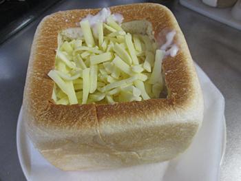 食パンに流し込みます