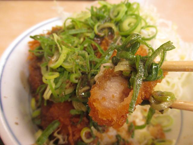 山椒ダレの絡んだネギをのせ、ご飯と一緒に食べる