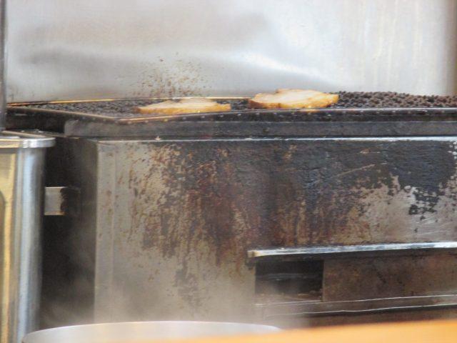 煮込みバラ肉を焼いていました