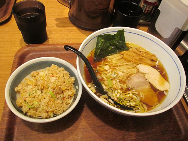 『純鶏ラーメン醤油』と、半チャーハンのセット