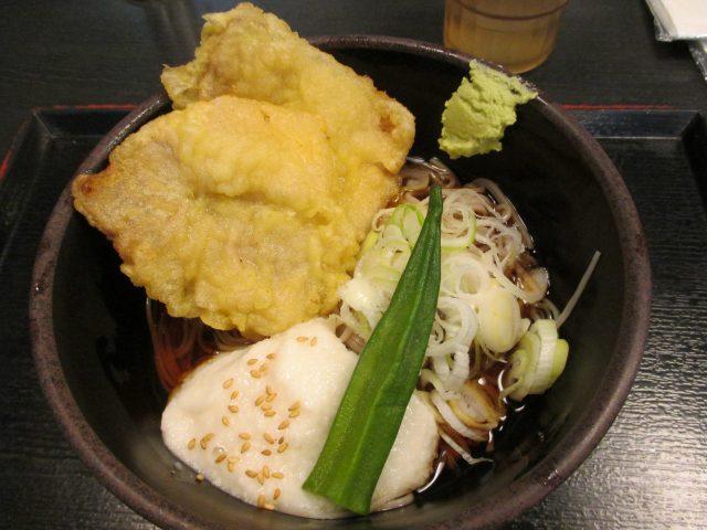 天ぷらにとろろがトッピングされた冷やしそば
