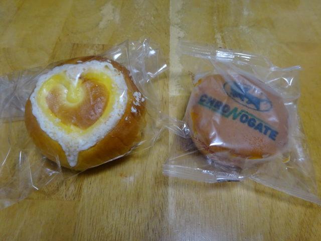 トッピングがハート型のHappyクリームパンとクロネコヤマトのロゴと、クロノゲートと刻印されているクロノマドレーヌ