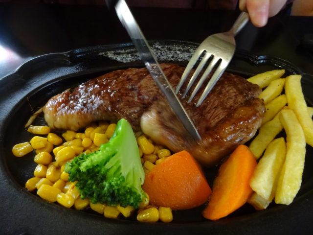 ステーキハウス・バッファロー(大田区萩中)ランチメニューの黒毛和牛100%ハンバーグ、イチボステーキなどを頂く