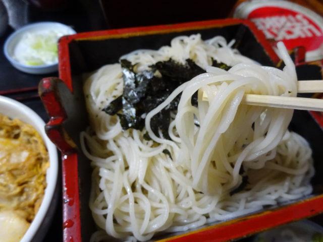 松登久本店(大田区大森北)は更科そばの白色でつけ汁とそば湯は濃厚。6種類のミニ丼を一緒にいただくといっそう充足感
