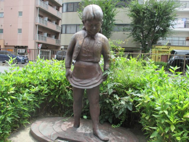大森海岸女の子の像