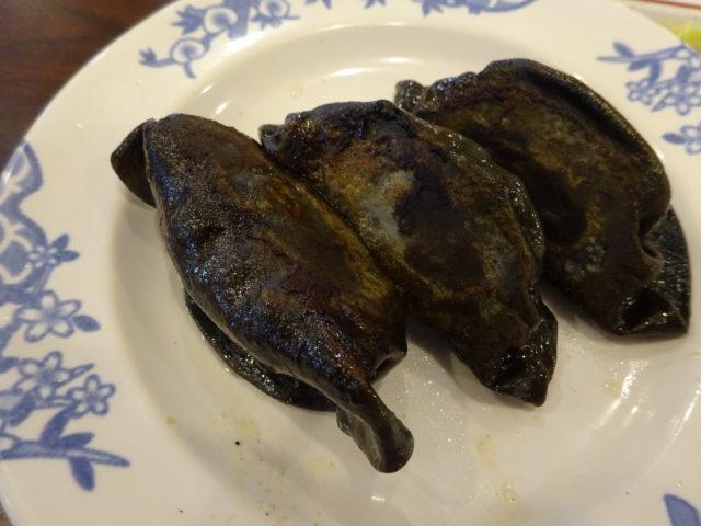 粗挽き肉の黒餃子