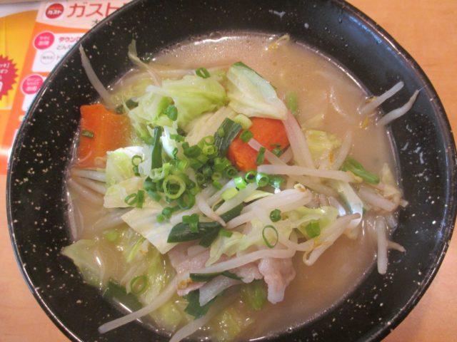 10種類以上の野菜をたっぷりのせた塩タンメン