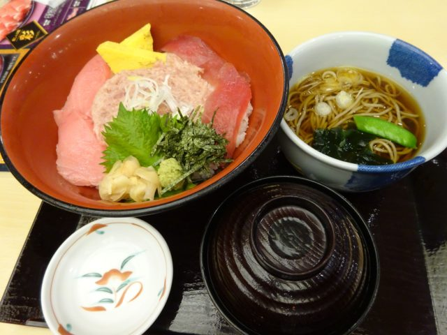 まぐろ三色丼(780円)+小そば
