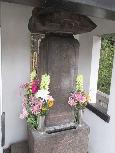 墓石の裏面には六人の戒名
