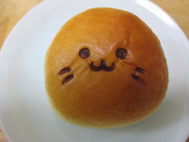 神戸屋多摩川店で焼いているタマちゃんパン