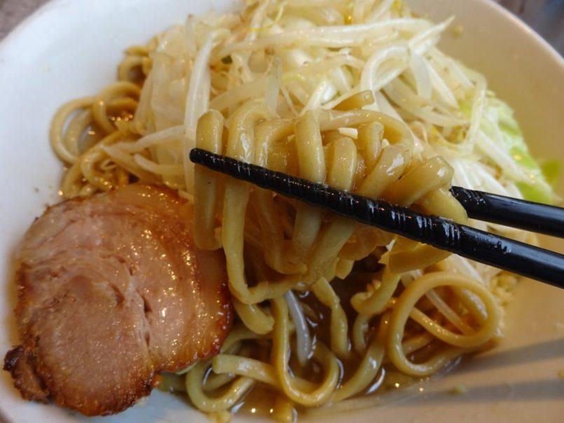 ラーメン宮郎(大田区西蒲田)はラーメン二郎インスパイア系である豚骨スープに太麺と山型に盛った具材のラーメンなど提供
