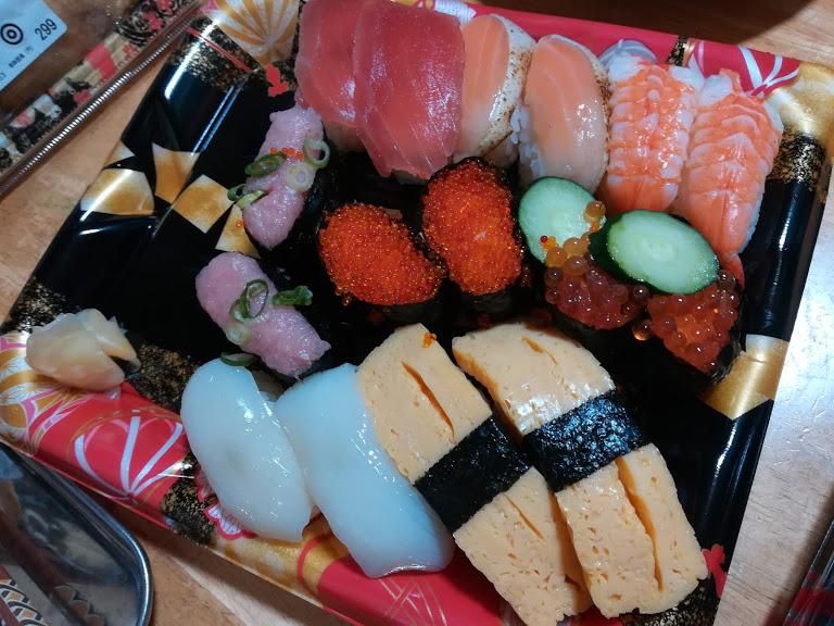 にぎり寿司人気の2カン盛り(16カン)はオーケーストアの寿司弁当。値段やネタの違いで12カン、10カンでパックも提供
