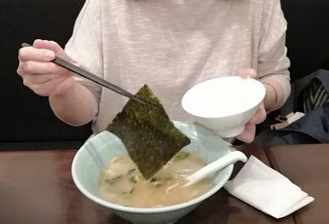 スープにひたひたしているのりをご飯にまいていただく