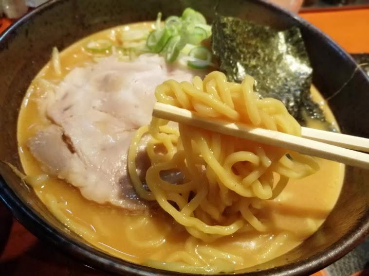 北海道らーめん楓雑色店(大田区東六郷)は札幌の老舗製麺所から仕入れる麺と8時間かけて炊き出したスープが特徴の人気店