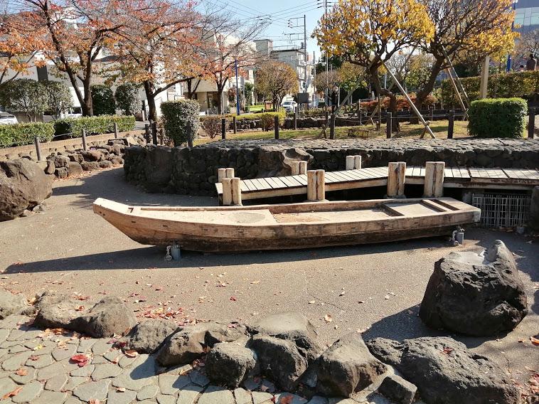 真ん中に船がある石造りの池