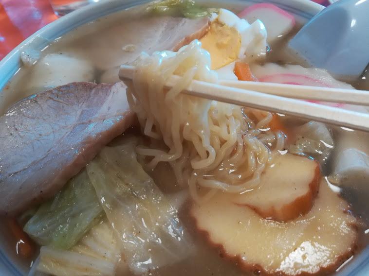 宝来(大田区矢口)は、麺、御飯、一品料理、豚肉、鶏肉、蟹肉料理など多彩なメニューを提供し昭和の佇まいを守る町中華